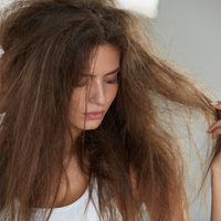 頭皮&内側ケアがPOINT!髪のパサつきが気になる時にしたいこと
