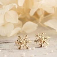 雪の結晶モチーフのおしゃれなアクセサリー。季節感を取り入れて♪