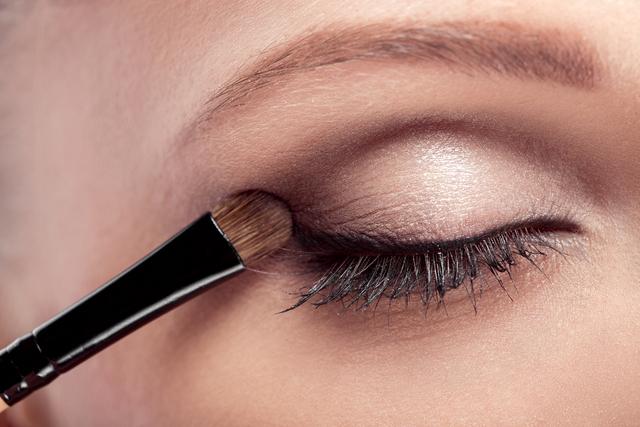 直向漸層的眼影② 上眼皮:第2深的顏色