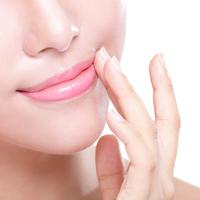 肌よりくすみやすいって本当?唇のくすみの原因と改善方法