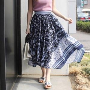 スカーフ柄のスカートを使った夏コーデ♡1点投入で華やかさ満天!