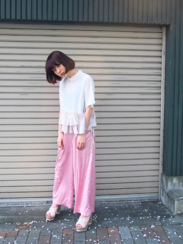フリルシャツ×ピンクワイドパンツ