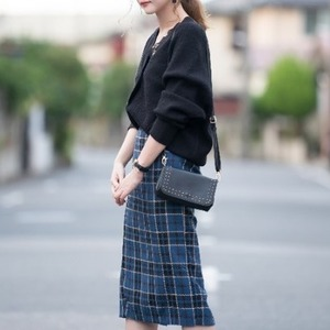 ブルーのスカートを使ったコーデ10選。こっくりカラーが秋っぽい♪
