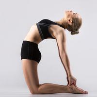 可以治便秘和肩膀痠痛♪利用瑜伽的「駱駝姿勢」來打造完美身材☆