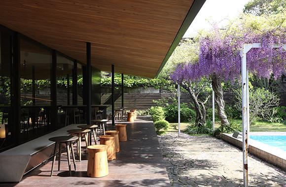 星巴克概念店①【鐮倉】日式建築走廊下的星巴克